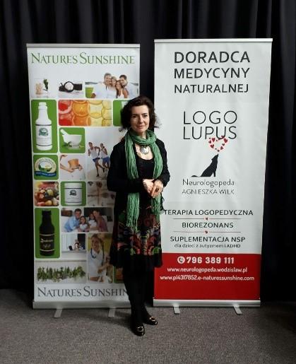 Naturopatia - zdjęcie naturopaty Agnieszki Wilk na tle własnego logadoradcy medycyny naturalnej
